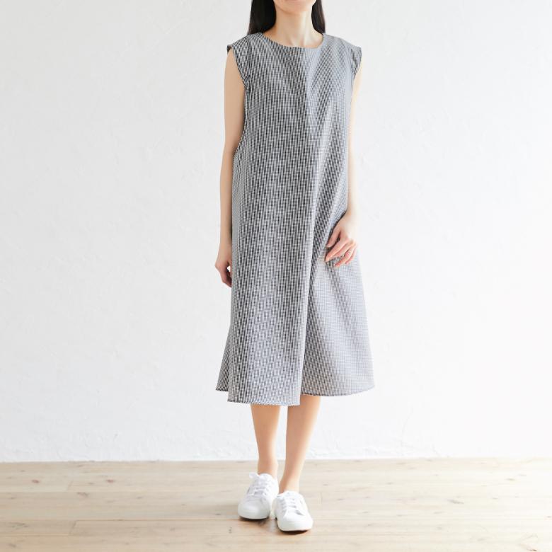 授乳服ノースリーブAラインワンピースモデル写真2