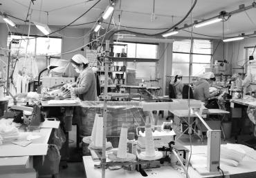 モーハウスブラの縫製作業風景1