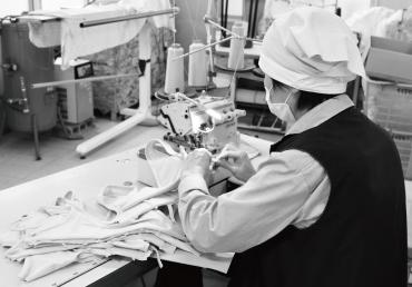 モーハウスブラの縫製作業風景2