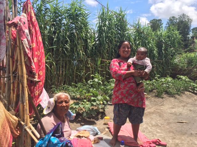 糸紡ぎの取り纏めをしてくれる一家のおばあさん、娘さん、お孫さん