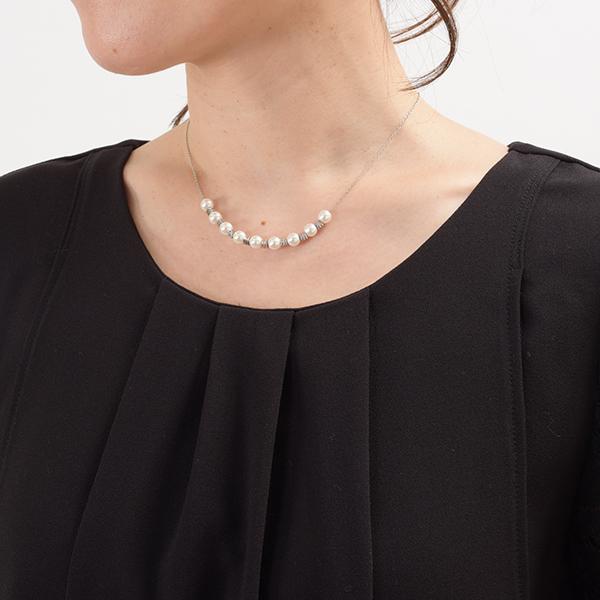 モーハウスのフォーマル授乳服のディテールポイント:女性らしさをだす首元