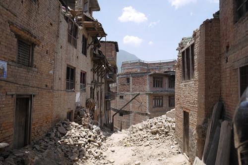 奥に進むと、趣のある路地は倒壊した建物の瓦礫が積まれており、見るからに住むことが出来ない状態の家ばかり