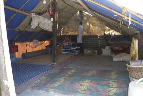 一家が暮らす仮設テントの中の様子