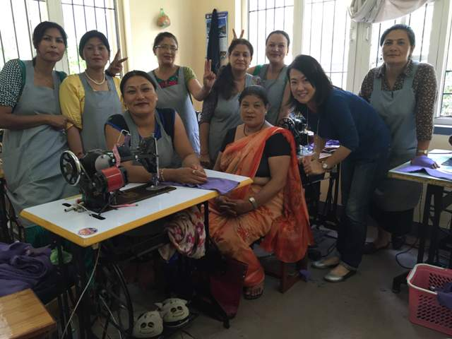 笑顔溢れるネパール。パタン市の縫製工場で働く方々。