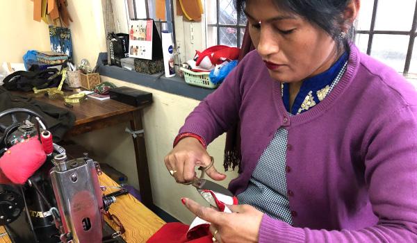 授乳服 作業風景 ネパール
